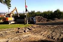 NA VZTEK. Stavba gigantického kruhového objezdu v Drahovicích mění lidem život. Musejí se vyrovnat s objížďkami, změnami tras MHD a s problémy s parkováním.