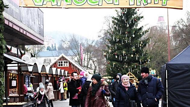 KLID NA TRZÍCH. Na vánočních trzích v Karlových Varech a v Chebu byl včera klid. Během dne tu ale příliš lidí nebylo. Ti, co sem přišli, obavy o bezpečnost neměli.