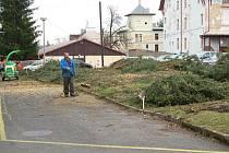 Kácením stromů v areálu Karlovarské krajské nemocnice začaly přípravy na stavbu nového pavilonu akutní medicíny.