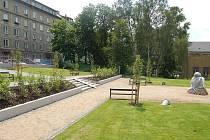 Nový park vznikl na místě neužívaných zahrádek. Park doplní socha rybáře.