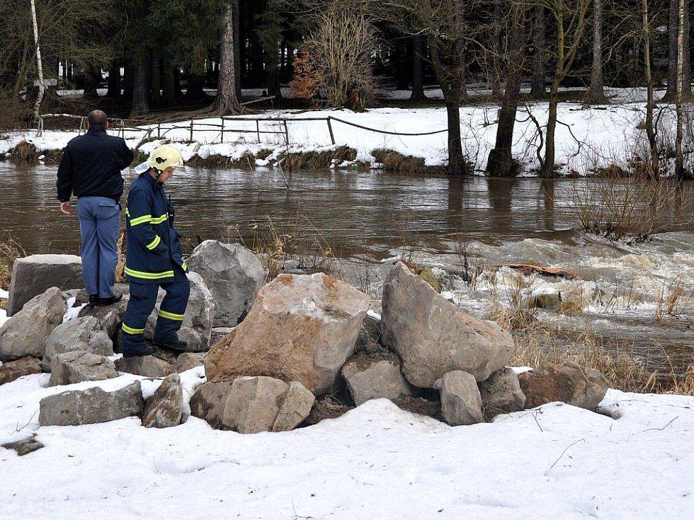 Pátrání na březích rozvodněné Ohře