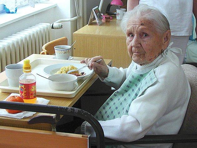 Jídlo bude dražší. Důchodci si od ledna připlatí za obědy v jídelnách pro seniory.