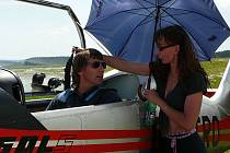 Letecká akrobacie patří mezi atraktivní sporty, které vždy sleduje řada příznivců letadel a létání samotného. V Toužimi se letos očekávají letecké lahůdky.