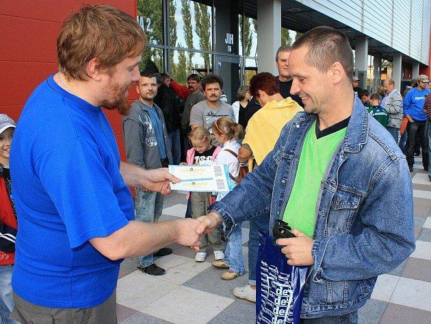 Miroslav Hanzl Ze Sokolova (vpravo) přebírá ceny