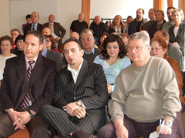 Davy lidí. Když  zastupitelé projednávali například prodej domů v Lázeňské ulici, přišly na rokování davy Karlovaráků. Měli si zde i kde sednout. Na krajském úřadě takové možnosti nejsou.