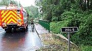 Kvůli vydatnému dešti se v Karlovarském kraji ocitly některé komunikace pod vodou. Hasiči vyjížděli k čerpání vody ze sklepů.
