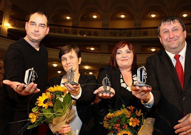 Držitelé ceny Křesadlo Milan Hloušek, Alena Ženíšková, Martina Paboučková a Miloslav Čermák (zleva).