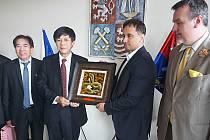 Na jednu ze svých prvních pracovních cest se vydal nově jmenovaný vietnamský velvyslanec Ho Minh Tuan do Karlovarského kraje. Na krajském úřadě ho přivítal náměstek hejtmanky Petr Kubis a radní Jan Bureš
