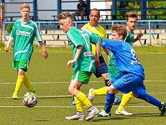 Karlovarské 1.FC (v zeleném) ovládlo krajský přebor dorostu, když v závěrečném kole završilo soutěž výhrou 7:1 nad Sedlecem (v modrém).