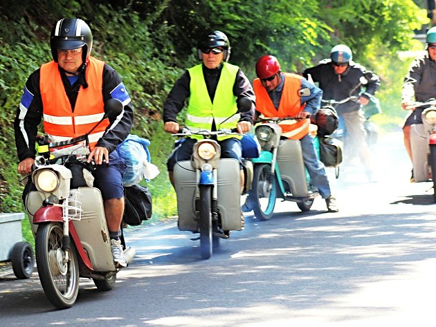 Skupina na malých motocyklech.
