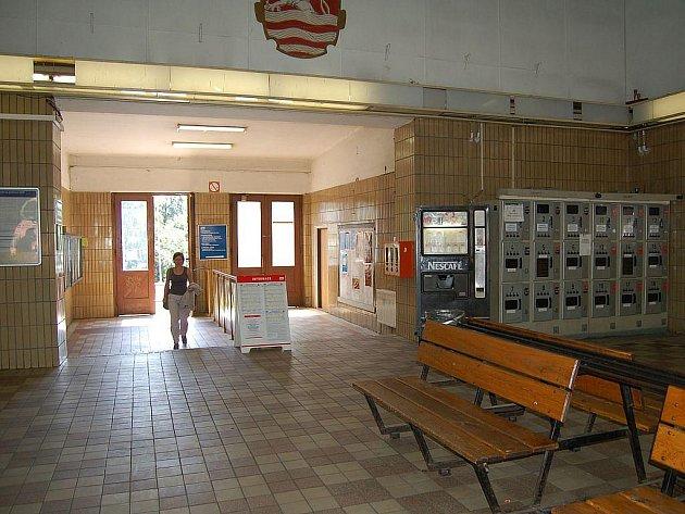Karlovy Vary, horní nádraží. Takto vypadá nádraží, jež je pro návštěvníky prvním místem, které při příjezdu vlakem do lázeňského města uvidí. České dráhy nyní jednají o tom, jak postupovat s projektem rekonstrukce dál.