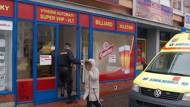 Dvě bodné rány zasadil neznámý pachatel zřejmě majiteli restaurace v objektu Meteor v Karlových Varech.
