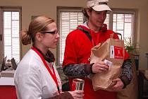 Jednou ze skupin studentů, kteří pomáhali při sbírce, byli Lucie Vnenková a Jakub Šponiar.