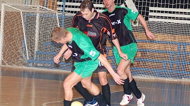 REMÍZA. Karer Hykš (v předklonu) z Car–X a Radek Kunc (uprostřed) z Black Sheepu se po utkání rozešli smírně.