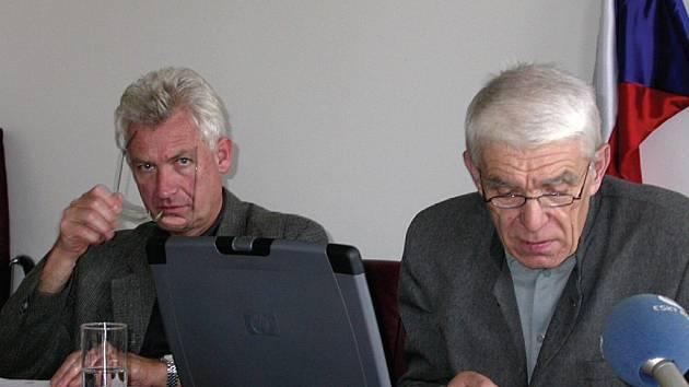 NA ZKUSENOU DO ČÍNY. Krajský radní Kamil Řezníček (ODS; vlevo) vede delegaci, která včera odcestovala do Číny.
