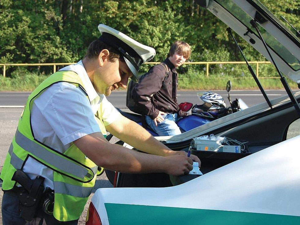 """Kontroly, kontroly a zase kontroly. Policisté při středeční bezpečnostní akci """"načapali"""" pětadvacet řidičů, kterým rychlostní limity nic neříkají. (Ilustrační foto.)"""