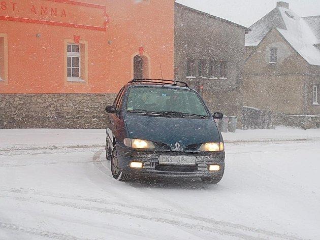 Řidiči měli na sklonku minulého týdne s dopravou do hor potíže. Situace se však zlepšila.