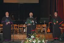 Oslavu desetiletého výročí zahájily proslovy vědecké rady (na snímku zleva Míra ´Dědek Zábranský, Václav Jiřinec a Milan Veselý). Poté následovalo vystoupení hudebníků, například Strécovské veselky Milana Veselého, tria Bachman či Old friends band.