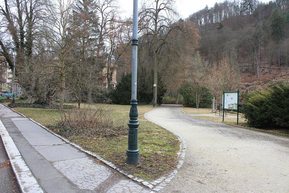 Prázdné ulice a parky v lázeňském centru poblíž hotelu Pupp.