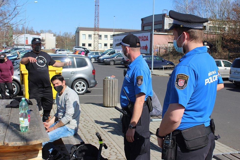 Strážníci karlovarské městské policie navštívili během středečního krásného odpoledne Rolavu a Meandr, kde je v těchto dnech velká koncentrace lidí. Kontrolovali, jak se dodržují nařízení.