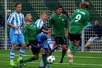 Chebská derby mezi hvězdou (v modrém) a mužstvem FC Cheb skončilo bez branek. Zápas rozhodly až pokutové kopy.