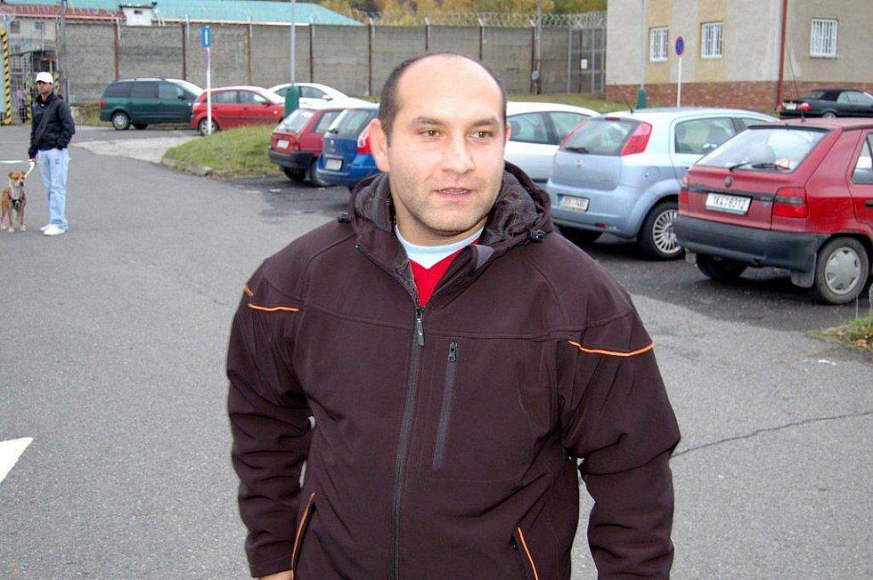 Ostrovský policista Martin Barkóci, který byl odsouzen ke třem letům vězení za zneužtí pravomoci veřejného činitele, nastoupil ve středu odpoledne do ostrovské věznice výkon trestu. Před věznici se s ním přišla rozloučit nejen rodina a kolegové.