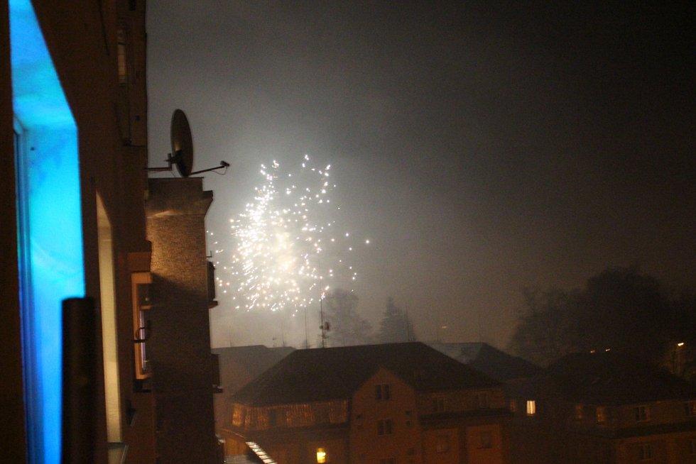 Silvestr byl tradičně ve znamení ohňostrojů. Takto odpalovali lidé rachejtle v Nejdku.