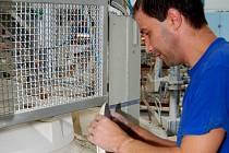 O práci v Karlovarském porcelánu, který ovládá Porcela Plus, se dnes bojí snad každý zaměstnanec. Jisté stále nic není. (Ilustrační foto.)