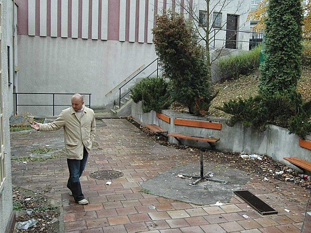 Martin Šretr před pronajatými prostory v Lidovém domě ve Školní ulici.