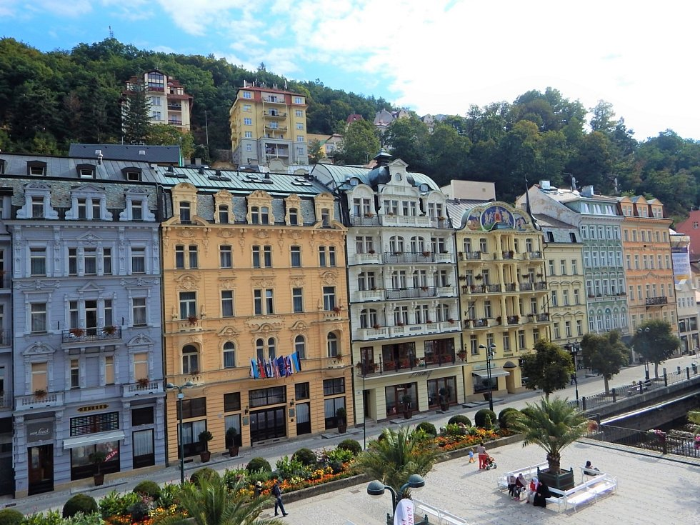 Karlovy Vary jsou krajské a statutární město v Karlovarském kraji, 110 km západně od Prahy, na soutoku Ohře a Teplé.