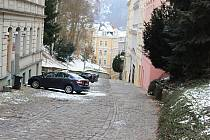 Komunikace v Moravské ulici je už v katastrofálním stavu a jízda po ní vyžaduje od řidičů velkou opatrnost.