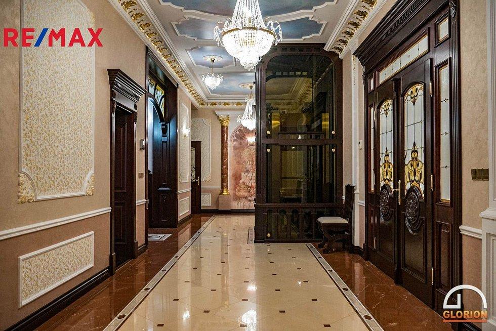 Vilu na rohu Svahové a Moskevské ulice nabízí společnost Remax za 175 milionů korun.