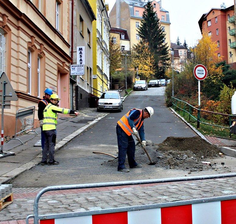 Rekonstrukce Náměstí Václava Řezáče v karlovarských dolních Drahovicích trvala tři měsíce a městskou pokladnu přišla na necelých šest milionů korun.