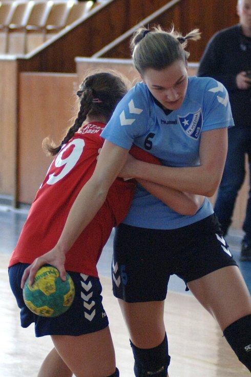 Házenkářky Hvězdy Cheb (v modrém) se konečně dočkali bodového příspěvku, když porazily Spartak Ústí nad Labem.