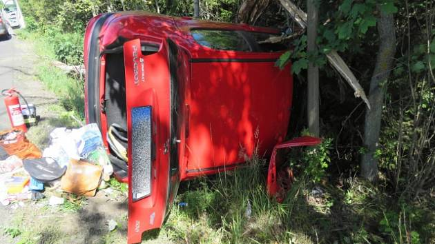 Při obou nehodách, které se staly v pondělí dopoledne, skončila auta na boku. Nikomu se naštěstí nic vážného nestalo.