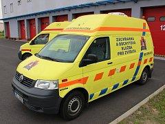 Sanitní vozy, které po vyřazení z vozového parku Zdravotnické a záchranné služby Karlovarského kraje obdržely organizace pomáhající zvířatům.