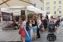 FESTIVAL FASHION MARKET přilákal převážně ženy a dívky z celých Varů. Muži si odskočili na Local food.
