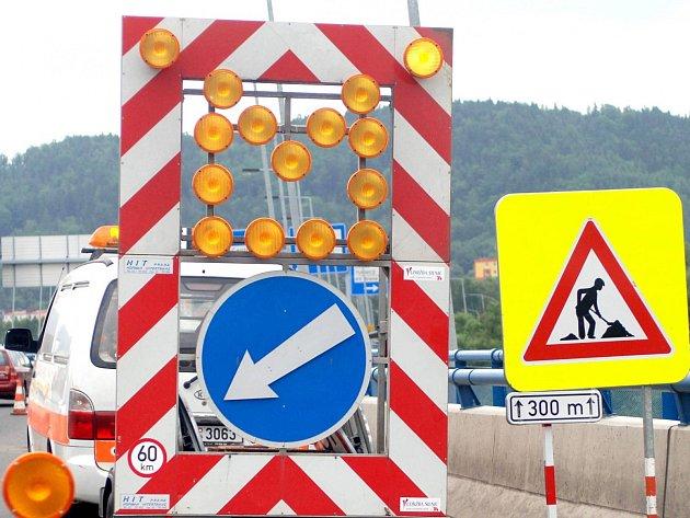 Kraj protestuje proti pozastavení státních peněz na opravy silnic.