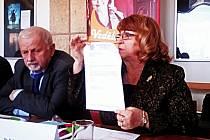 REKTORKA Vysoké školy finanční a správní (VŠFS) Bohuslava Šenkýřová ukazuje oficiální oznámení, podle kterého současná Vysoká škola Karlovy Vary končí k 31. srpnu svoji vzdělávací činnost. Její místo zaujme právě VŠFS.