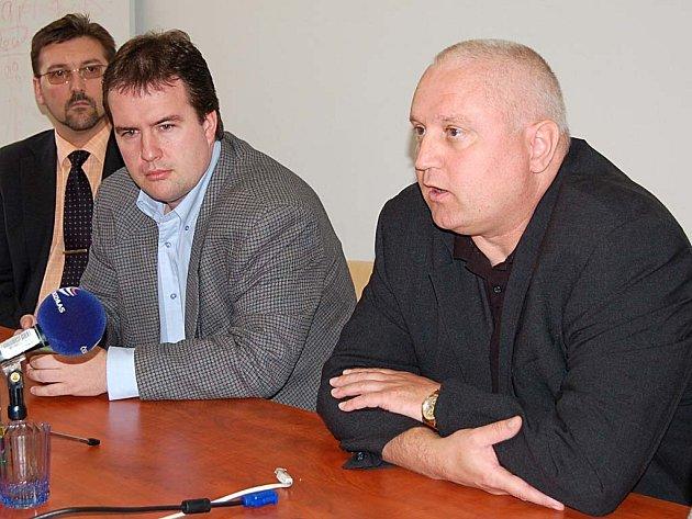 David Hanzl (vpravo) a Miloš Dobiáš (uprostřed) v krajské nemocnici končí. Kraj s Českou zdravotní už smlouvu neprodlouží.