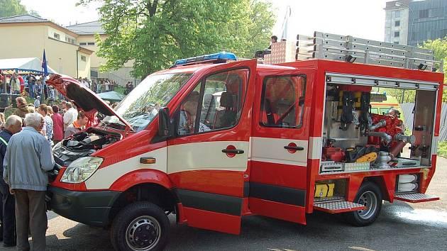 Po čtyřiadvaceti letech se nejdečtí dobrovolní hasiči dočkali zbusu nového auta.