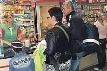 Některé léky neprodávají. V jedné z karlovarských lékáren v centru města by v současné době lidé sháněli některé léky proti chřipce marně.