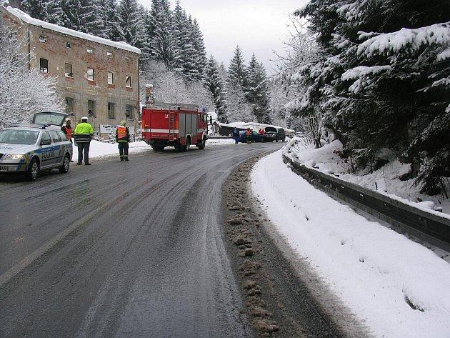 Nehoda pod Jáchymovem. Řidič Škody Octavia po smyku vyjel do protisměru, kde se čelně střetl s protijedoucím Nissanem.