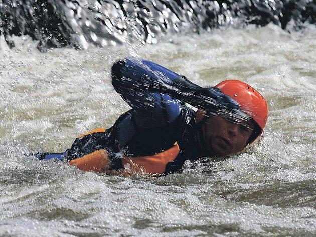 Při výcviku v řece čekalo na hasiče několik úkolů. Museli se například sami pokusit dostat z takzvaného vodního válce.