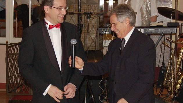 Zahájení plesu se ujali Josef Laufer (vpravo) a generální ředitel lázní Eduard Bláha.