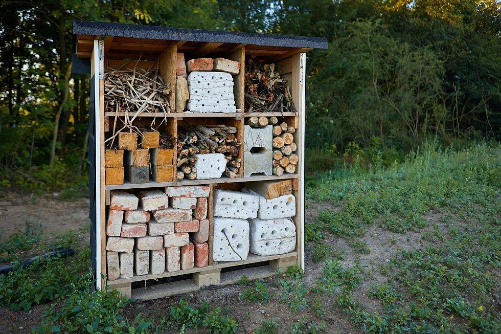 Poblíž haly, která funguje jako hlavní distribuční centrum německého online prodejce Real Digital, jsou domečky pro hmyz. Foto: Panattoni Cheb