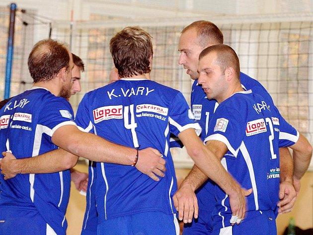 V dalšm dvojkole druhé ligy uhráli karlovarští volejbalisté (v tmavě modrém) na své palubovce proti družstvu Semil pouze jedno vítězství v poměru 3:0. Ve druhém utkání totiž podlehli 2:3.