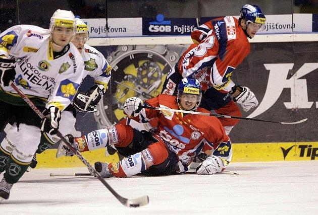 Hokejové utkání Tisport extraligy v ledním hokeji mezi HC ČSOB Pojišťovna (v červeném) a HC Energie Karlovy Vary (v bílém) v pardubické ČEZ Areně.