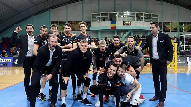 Volejbalisté VK ČEZ Karlovarsko dosáhli na palubovce rumunské Zalau na výhru 3:1, čímž v sérii slavili výhru 2:0 na zápasy, a tím se probojovali do čtvrtfinále CEV Challenge Cupu, ve kterém narazí na tureckou Ankaru.