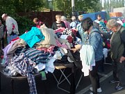 Burzu v karlovarských Tuhnicích každou neděli navštíví stovky lidí. Někteří nakupují, jiní se přijdou jen podívat.